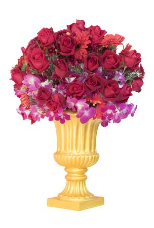 rode rozen bloemboeket ingericht in gouden kruik geïsoleerde witte achtergrond