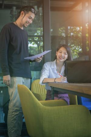 Aziatische jongere man en vrouw thuis werken op kantoor Stockfoto