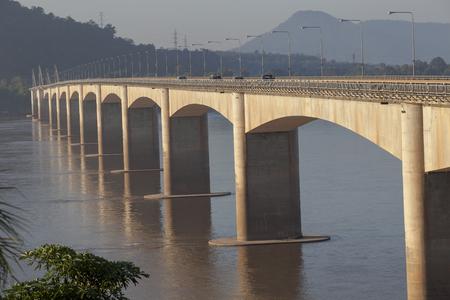 ラオス南部のチャンパサック川を渡るラオス日本友好橋の美しい朝の光 写真素材