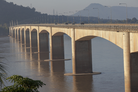 라오 - 일본 우호 다리의 아름 다운 아침 빛 라오스의 남쪽 champasak에서 메콩 강을 건너