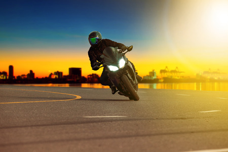 Man rijden sport motorfiets leunend in scherpe bocht met reizende scène achtergrond Stockfoto - 94364860