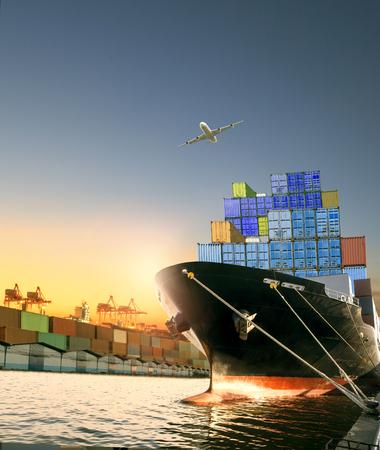 Schiffs- und Containerkasten und Frachtflugzeug, die über das Versanddock fliegen, werden für logistische und internationale Transporte verwendet Standard-Bild