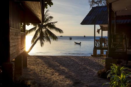 ビーチの美しい夕日の空の景色