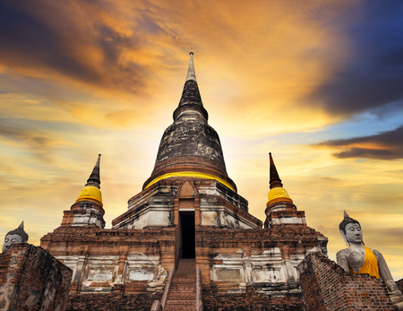 Pagoda of wat yai chai mongkol temple in Ayutthaya Фото со стока - 99052660