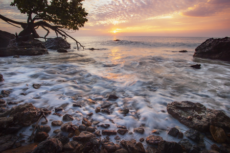 beautiful sun rising sky and sea scape in rayong province eastern of thailand 版權商用圖片
