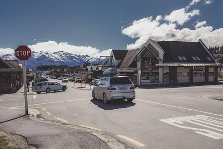 와나카 뉴질랜드-2015 년 9 월 5 일 : 뉴질랜드 남섬에서 가장 인기있는 여행 목적지 와나카 타운의 거리에서 교통 체증
