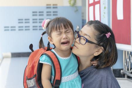 los niños y la madre lloran el primer día van a la escuela de prejardín de infantes Foto de archivo