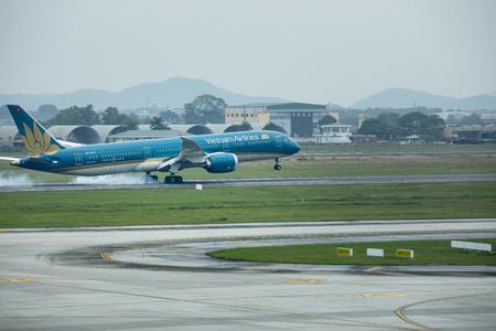 ハノイベトナム - 2017年11月7日 : ベトナムの航空会社がハノイ市のノイバイ国際空港に着陸