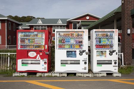 hokkaido japan - october 5,2018 : various of cool and hot drink in vending machine hokkaido japan 新聞圖片