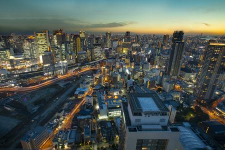 Erhöhte Ansicht des städtischen Wolkenkratzers von Osaka am schönen Dämmerungshimmel Standard-Bild