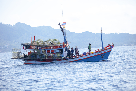koh tao surathani thailand - march 6,2018 : thai fishery boat approach to drop fishery trapping to under sea water in koh tao surathani southern of thailand 新聞圖片