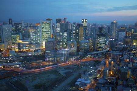 Osaka, Japón - noviembre7,2018: cielo crepuscular sobre el edificio urbano de Osaka, Osaka es una ciudad importante en el sur de Japón