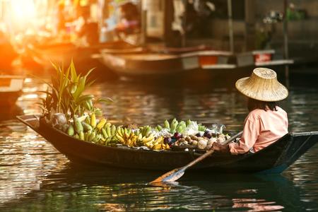 vendedor de frutas en bote de madera Foto de archivo