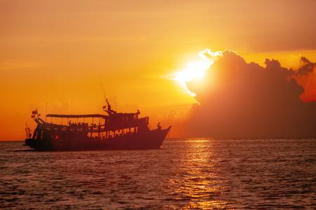 tourist scuba diving boat and beautiful sunset sky at koh tao thailand 版權商用圖片