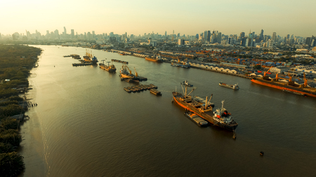 high angle view of container boat floating in chaopraya river in heart of bangkok thailand capital 版權商用圖片 - 119351912
