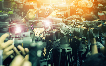 gran número de reporteros de prensa y medios en un evento de radiodifusión
