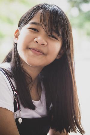 Portrait d'adolescent asiatique à pleines dents visage souriant émotion bonheur