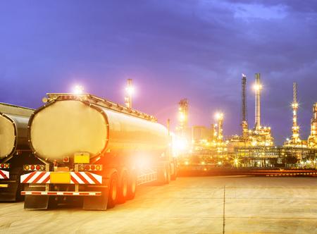 Öl-Container-LKW in petrochemischer Raffinerieindustrie