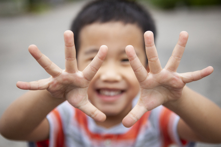 children smiling face show ten finger by two hand Stockfoto