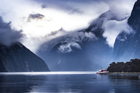 tourist boat cruising in milford sound fjordland national park Imagens