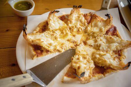 Garnelen verkleiden sich auf einer Pizza mit Meeresfrüchten, die essfertig ist
