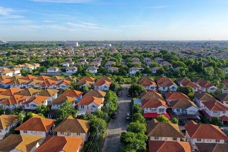 Vista aérea del hermoso pueblo natal y asentamiento de la ciudad.