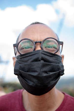 close up face of asian man wearing protection mask 版權商用圖片