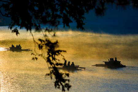 people rafting in pang ung lake maehongsorn northern of thailand 版權商用圖片