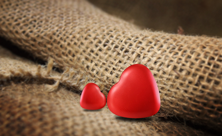 Symbole de coeurs rouges de l'amour sur le fond de sac pour le jour de la Saint-Valentin