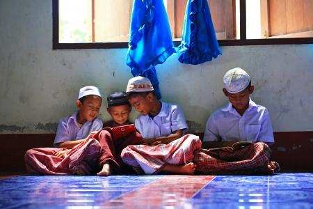 atender: Krabi, Tailandia - 29 de octubre de 2012: Un peque�o grupo de muchachos musulmanes asistir a la sesi�n religi�n escuela para leer el Cor�n en una mezquita local. Editorial
