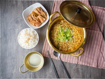 큰 냄비에 뜨거운 한국 인스턴트 국수 나무 배경에 쌀과 김치 봉사 스톡 콘텐츠
