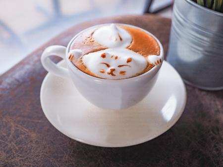 Cat late art on cappucinno coffee mug Фото со стока