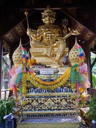 hinduismo: estatua hinduismo o el phrom Phra en Tailandia