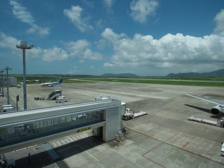 이시가키 공항의 옥상 테라스에서 이시가키 공항 활주로