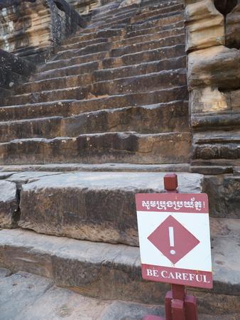 Siem Reap-2017 년 12 월 23 일 : Ta Keo에서 석조 계단을 조심하십시오.