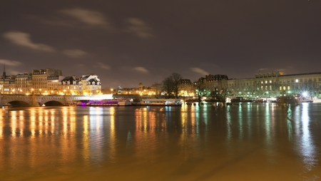 Paris, France-January 26, 2018: View of the Saine river, Cite island and Pont Neuf from Pont des Arts 新聞圖片