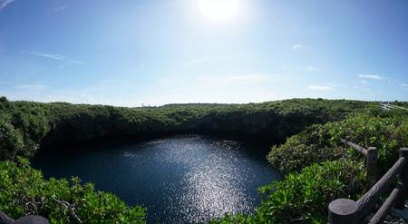 Okinawa, Japón. Tori ike es un agujero azul en la isla Shimoji. Consta de dos lagos. El color cambia debido a la termoclina. Foto de archivo