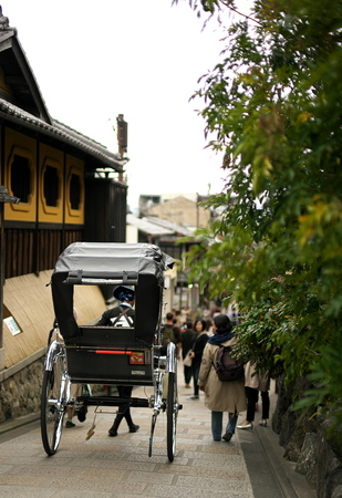 Kyoto, Japan-March 21, 2019: A rickshaw at Sannenzaka street in Kyoto Stok Fotoğraf - 120226190