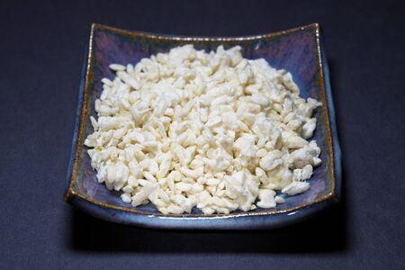 東京、2019年11月3日:麦芽米または小米幸治のクローズアップ日本酒の主なグレディエント。 写真素材 - 133188536