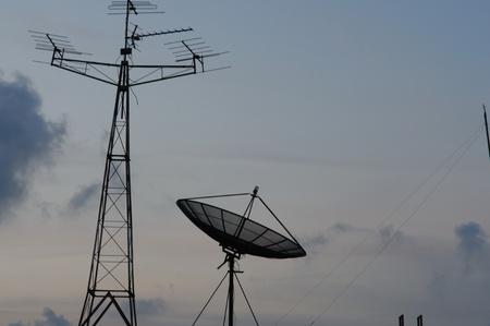 Antenne satellite et le câble du signal radio reçu Banque d'images - 13201920