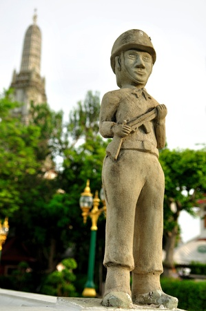 wat arun: Statues of soldiers at Wat arun