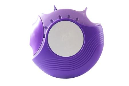 Lila Pulver Asthma-Inhalator auf wei�em Hintergrund