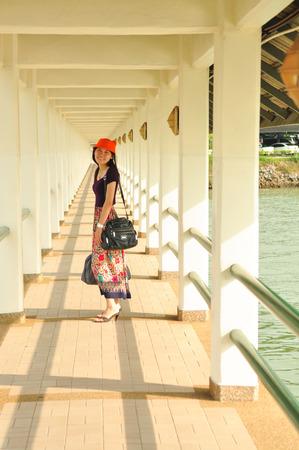 Sch�nes Asiatisches M�dchen holen ihre Tasche unterwegs Reise Lizenzfreie Bilder