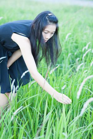 jolie fille: Jolie fille dans un jardin de fleurs de printemps