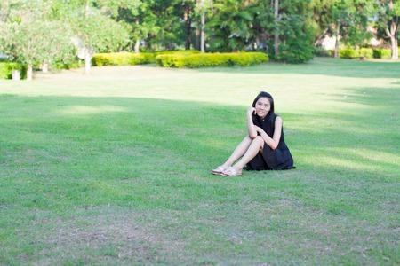 jolie fille: Jolie fille dans le jardin