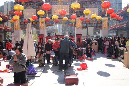 HONG KONG - 19. Januar 2015 - Hong Kong Menschen besuchen die Wong Tai Sin Buddhistischer Tempel auf 19. Januar 2015 zu beten, in Hong Kong.