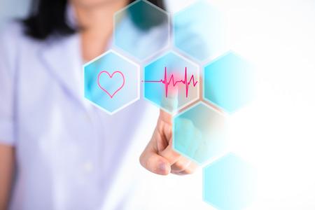 Nurse Dr�cken Cardio Gramm Boden zeigen Kardiologie Konzept