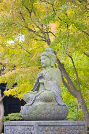 Stone Buddist statues of Hase-dera temple in Kamakura, Japan. Standard-Bild - 115464998