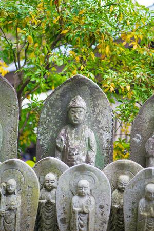 Ancient stone-carved Jizo statues in Haze-dera temple or Hase-kannon temple in Kamakura, Japan Standard-Bild - 115465738