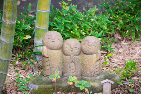 Jizo Chibi, der Wächter der Kinder, aus dem japanischen Garten des Hasedera-Tempels in Kamakura, Japan Standard-Bild